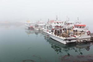 bateau de pêche dans un matin brumeux brumeux