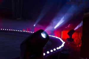 des taches de lumière provenant des lumières de la scène