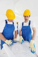 constructeurs regardant plan photo