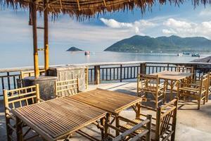 table en bois au restaurant bord de mer