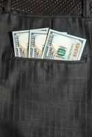 poches marron avec billet de 100 dollars photo