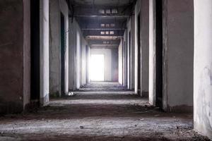 à l'intérieur de l'ancien bâtiment abandonné avec construction inachevée photo
