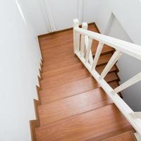 escalier en bois en bois stratifié dans une maison moderne blanche