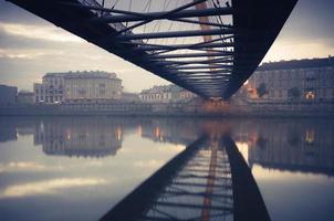 Passerelle de Bernatka sur la Vistule à Cracovie tôt le matin photo