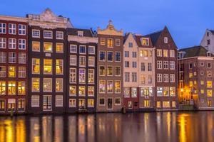 maisons de canal sur damrak à amsterdam photo