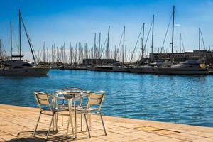 meubles en métal au bord de la mer