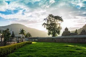 architecture du temple hindou du village de nandi photo