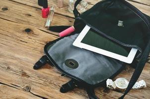 sac en cuir ouvert avec des cosmétiques pour femmes photo