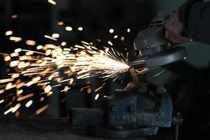 meule électrique sur construction en structure métallique