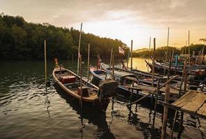 tous les bateaux de pêche dans la mer avec la couleur du soleil