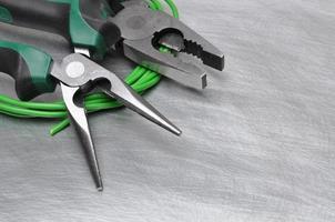 Outils électriques et câbles sur une surface métallique avec place texte photo