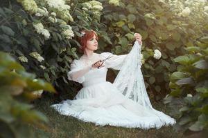 fille avec des ciseaux rend la robe de mariée. photo