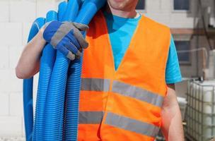 constructeur gardant des tuyaux photo