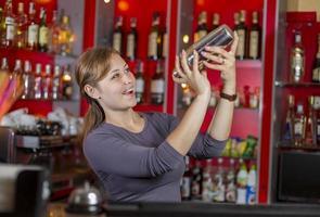 fille de barman derrière le comptoir photo