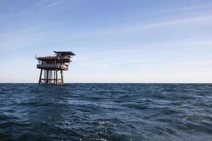 plate-forme pétrolière. espace vide sur le côté droit de la photo