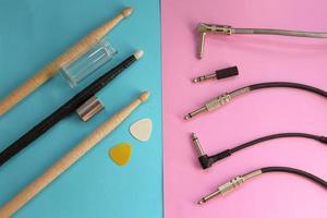 baguettes de batterie, médiators, diapositive de guitare et prise audio photo