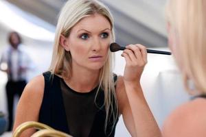 femme d'affaires de maquillage du matin photo