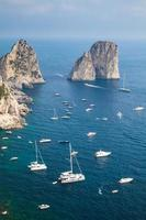 Faraglioni rochers de l'île de Capri, Italie. verticale