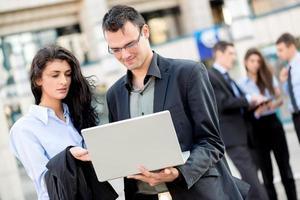 jeunes partenaires commerciaux avec un ordinateur portable photo