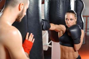 entraîneur de boxe forme son équipe photo