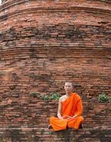 moine au temple de putthaisawan à ayutthaya, thaïlande