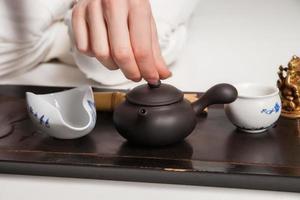 la cérémonie du thé chinoise est réalisée par le maître photo
