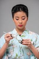 femme asiatique, préparer, thé, cérémonie photo
