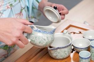 beauté asiatique se prépare pour la cérémonie du thé photo