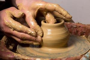 potier, création d'un pot en terre