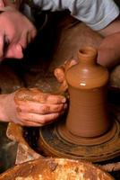 mains d'un potier, créant un pot en terre
