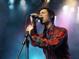 jeune homme, chant, dans, microphone photo