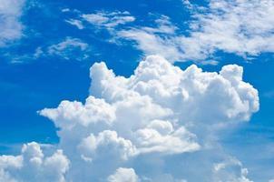 nuages blancs avec un ciel bleu. photo