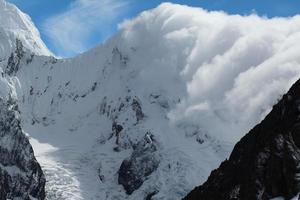 les nuages roulent à travers les montagnes des andes photo