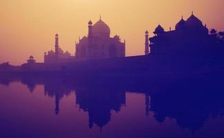 coucher de soleil silhouette d'un grand taj mahal photo