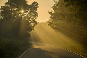 rétro-éclairage et soleil flare long road en thaïlande