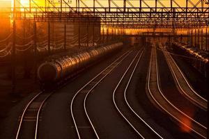 gare ferroviaire au coucher du soleil
