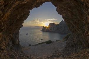 soleil couchant derrière les falaises côtières. Crimée.