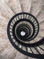 escaliers en colimaçon avec balustrade noire