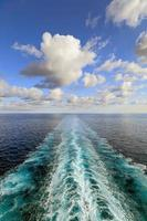 vue sur l'océan avec sillage de navire de croisière