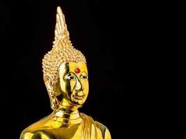 statue de Bouddha isolé sur fond noir photo