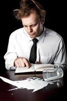 homme d'affaires avec manuel d'aide photo