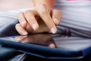 femme à l'aide de tablette numérique photo