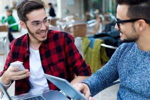deux jeunes entrepreneurs travaillant au café. photo