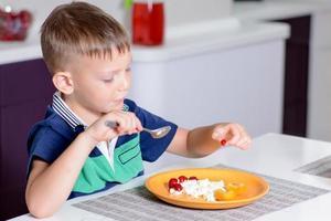 jeune garçon, manger, plaque, de, fromage, et, fruit photo
