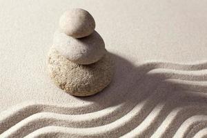 vagues tranquilles dans le sable photo