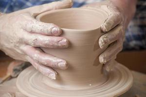 mains d'un potier