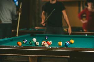 amis jouer au billard