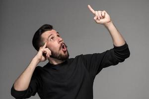 eureka. homme avec une idée en levant son doigt dans le photo