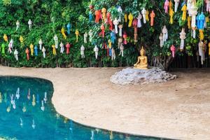 Bouddha d'or au temple wat phan tao chiang mai thaïlande