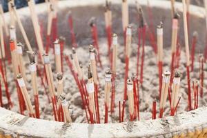 bâtons d'encens dans un seau à cendres